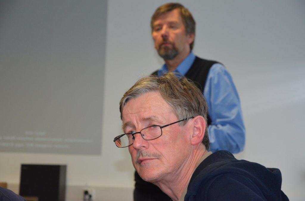 Rainer Wennström on lupautunut yrttikasviviljelyn veturiksi. Taustalla Toholammin Kehitys Oy:n toimitusjohtaja Kimmo Kentala.