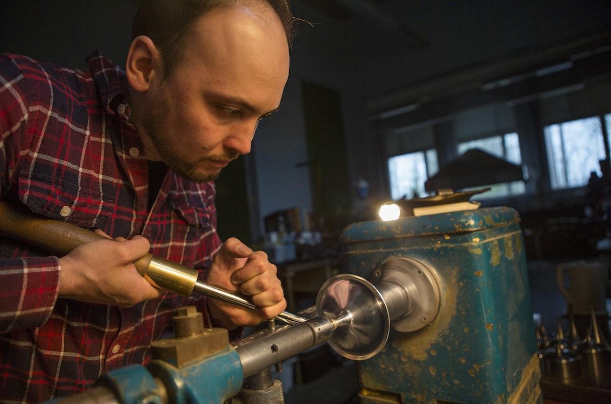 Hopeaseppä Mauri Haapamäki on lähdössä omalla tuotannollaan ensi vuonna Pariisin messuille.