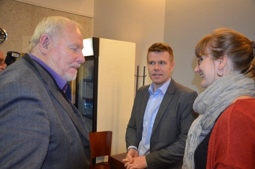Talousneuvos Väinö Hernesniemi ja Juuan kunnanjohtaja Markus Hirvonen kiittivät Iida Nylanderia Finn Springin esittelystä.