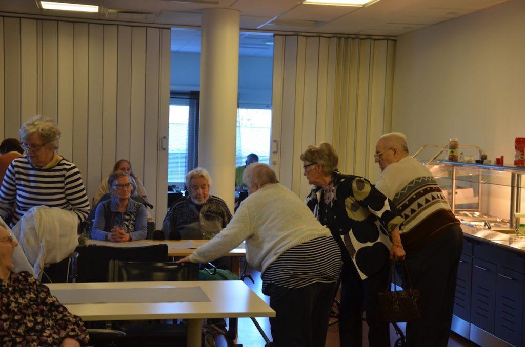 Elojuhla keräsi lopulta Männistön palvelutalon ruokasalin täyteen väkeä.