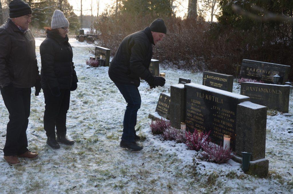 Muistolle. Lapset: Eeva, Erkki ja Timo isän haudalla.