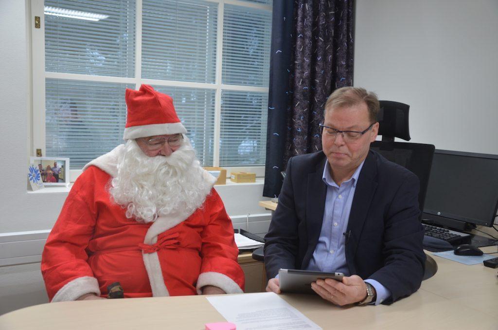 Kunnanjohtaja Jukka Hillukkala julisti Toholammin siirtyneen jouluaikaan. Joulupukki oli kunniavieraana paikalla.